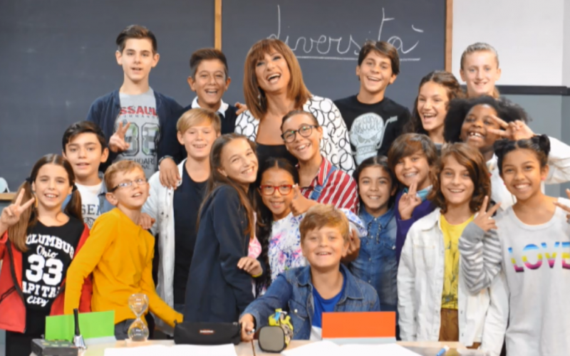 Vladimir Luxuria con i bambini protagonisti del programma TV Alla Lavagna