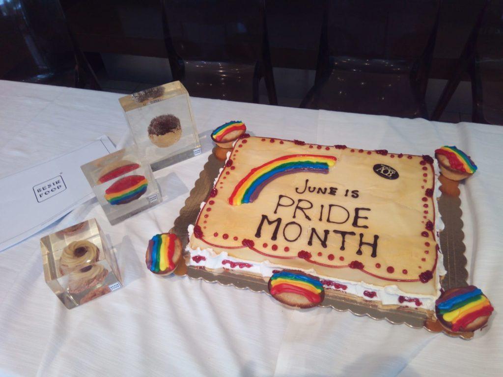 pasticciotti arcobaleno con una torta celebrativa del Pride Month